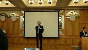 壇上で挨拶する太田副社長
